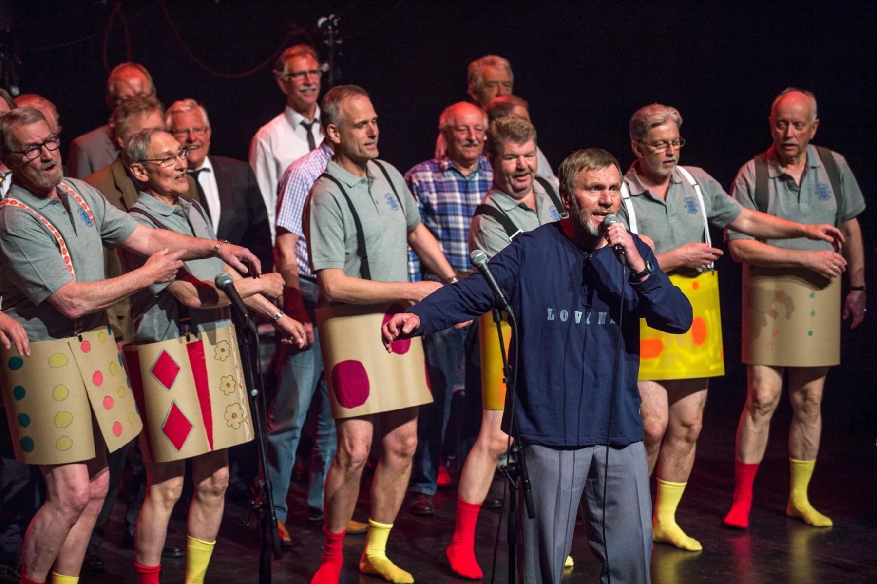 _D443380 Sigmund Børrudi foran dansegruppa